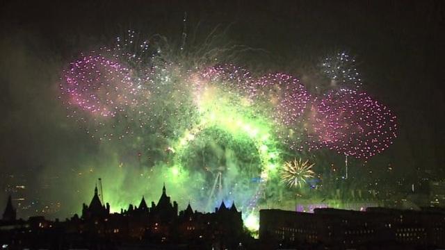 Màn trình diễn pháo hoa kéo dài 12 phút và được Thị trưởng Sadiq Khan mô tả là một trong những màn bắn pháo hoa đặc sắc nhất mà người dân London từng được chiêm ngưỡng. (Ảnh: BBC)