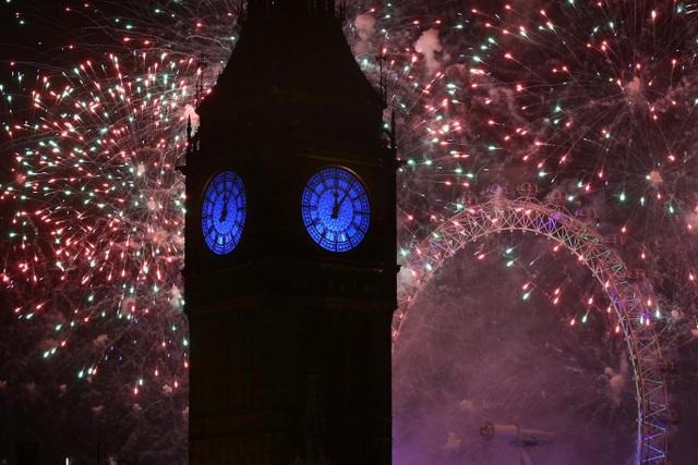 Khoảng 110.000 vé đã được bán để người dân có thể được chiêm ngưỡng pháo hoa dọc bờ sông Thames ở London. Trong ảnh: Pháo hoa rực rỡ ở vòng quay London Eye - một địa điểm thăm quan nổi tiếng của London và tháp Big Ben. (Ảnh: Independent)