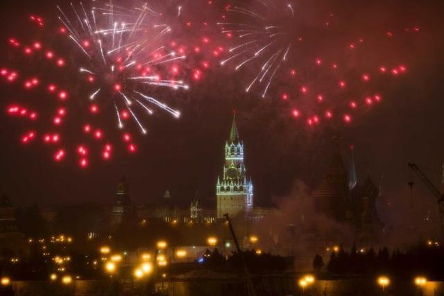 Pháo hoa bên trên điện Kremlin ở thủ đô Moscow, Nga (Ảnh: AP)