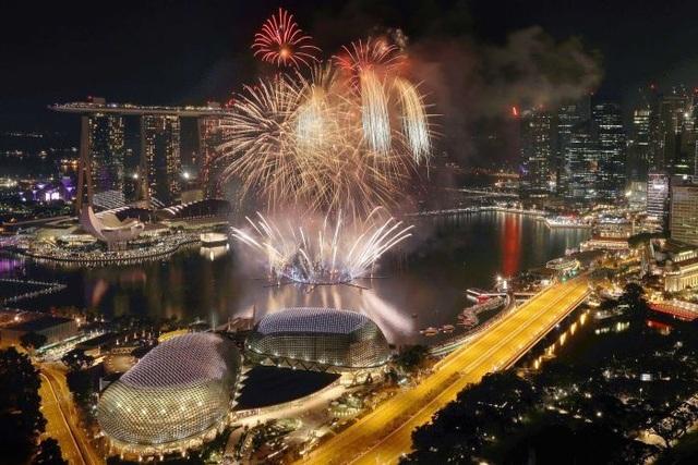 Bầu trời đêm rực sáng trong đêm giao thừa tại vịnh Marina, Singapore (Ảnh: AP)