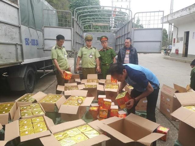 Lái xe Chu Khánh Dương cùng số pháo lậu bị bắt giữ
