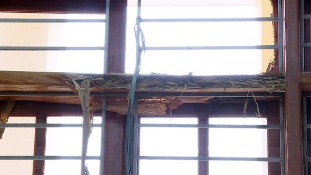 Nhiều cánh cửa đã cong vênh, mối mọt, thậm chí có cửa sổ còn nứt toác ra như thế này.