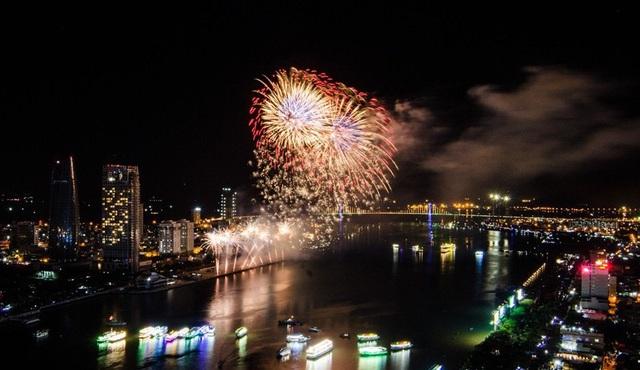 Đà Nẵng sẽ bắn pháo hoa từ sà lan trên sông Hàn từ 21h - 21h14 tối 31/12 tới