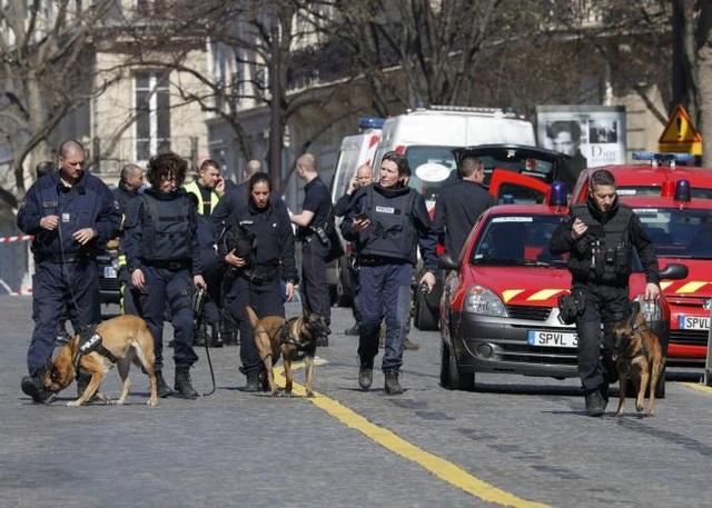 Cảnh sát Pháp có mặt bên ngoài trụ sở IMF tại Paris sau khi vụ nổ bom thư xảy ra (Ảnh: Reuters)