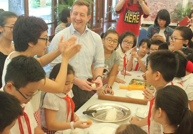 Đại sứ Bertrand Lortholary gửi lời chúc tới các em nhỏ nhân ngày Tết trung thu và hy vọng các em có khoảng thời gian ý nghĩa tại Đại sứ quán Pháp.