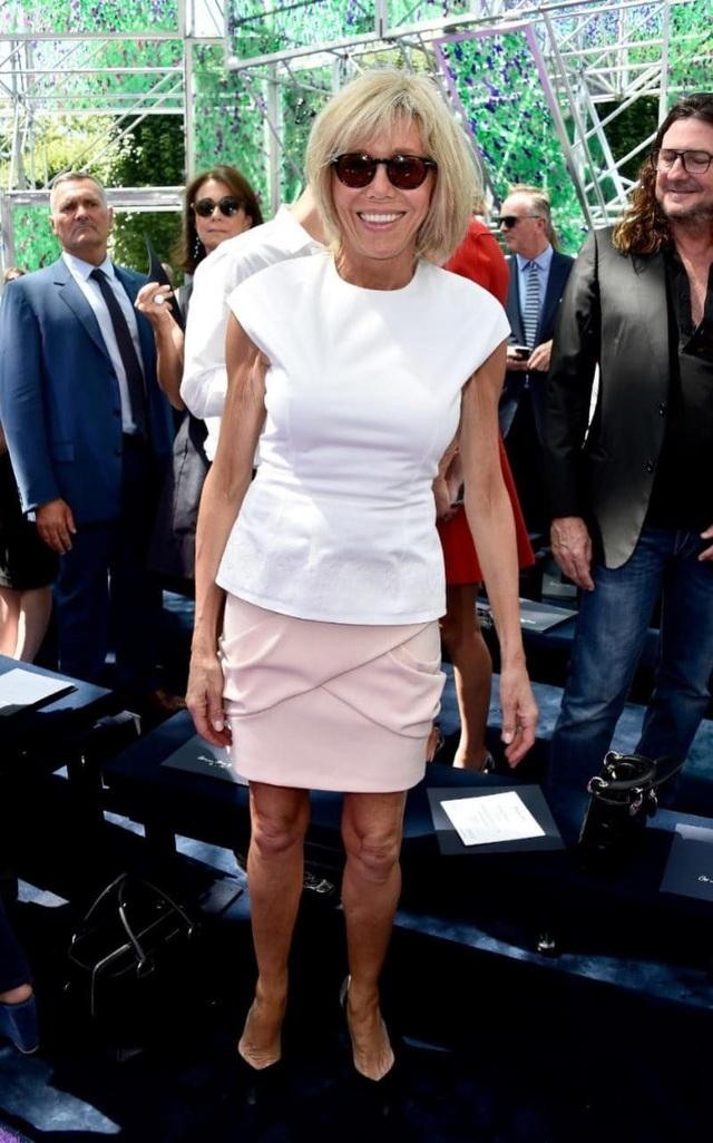 Bà Brigitte Trogneux có phong cách khá trẻ trung. (Ảnh: Getty)
