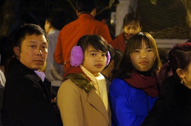 Bên cạnh những người lớn tuổi, năm nay còn có khá nhiều người trẻ tuổi đến xin ấn đền Trần đầu năm cầu may.