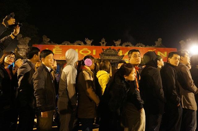 Hàng dài người tiếp tục chờ đợi để xin được cánh ấn cầu danh vào sáng sớm tinh mơ tại Nam Định.