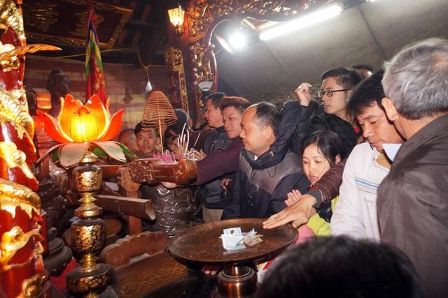 Người dân ùa vào nội cung để dâng hương