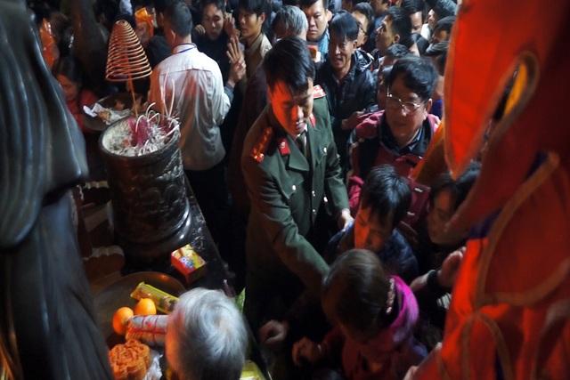 Quá khó để giữ an ninh khu vực đền Thiên Trường