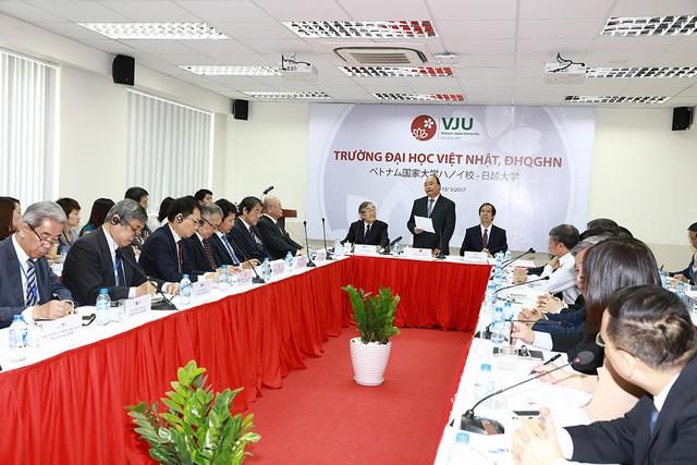 Thủ tướng Nguyễn Xuân Phúc làm việc tại trường ĐH Việt Nhật (Ảnh: Bùi Tuấn)