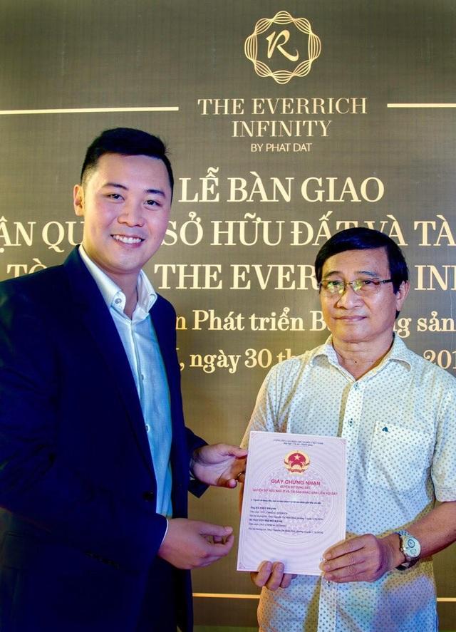 Ông Nguyễn Tấn Danh - Phó Chủ tịch HĐQT kiêm Cố vấn Điều hành trao sổ hồng cho khách hàng