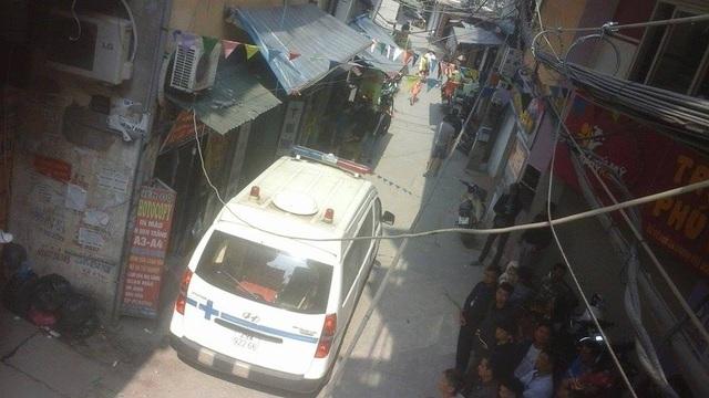 Xe cứu thương được điều đến hiện trường để chở thi thể nạn nhân.