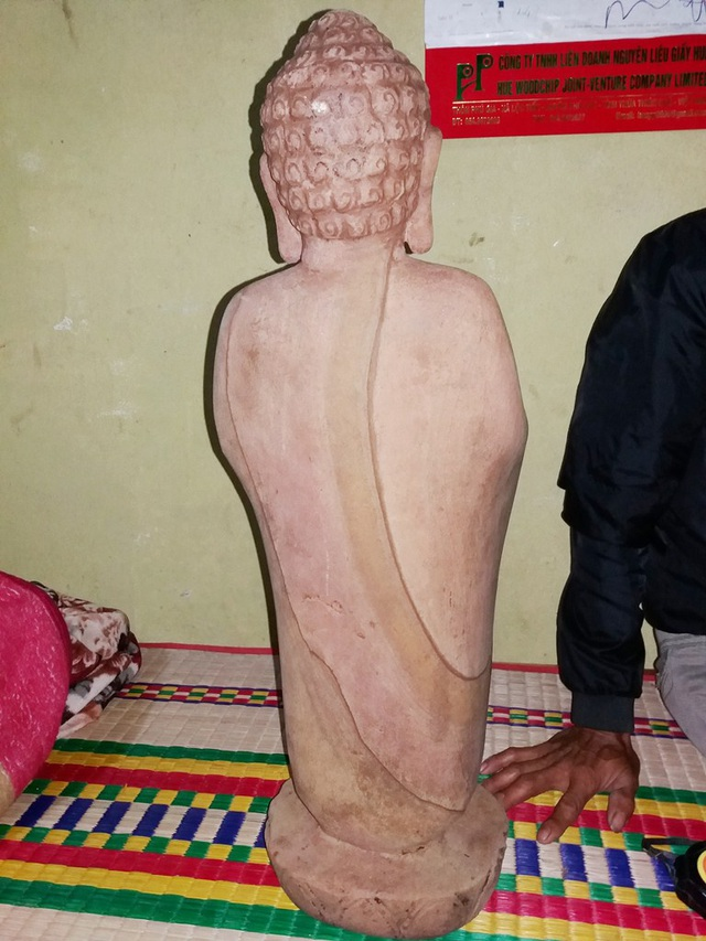 Phần sau của bức tượng