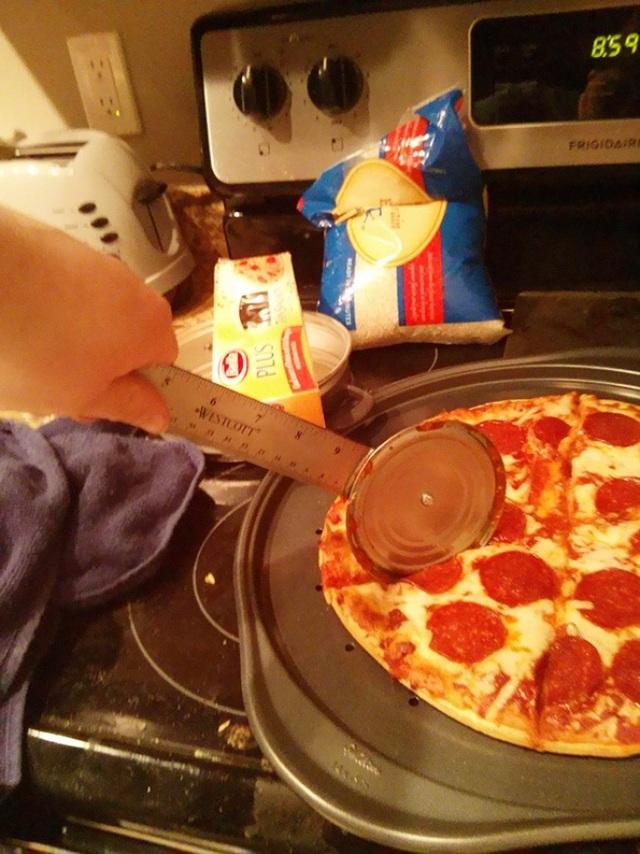 Thật là quá xa xỉ khi bỏ tiền túi ra mua dụng cụ cắt bánh pizza trong khi chỉ với một cây thước và nắp đồ hộp, là các cô cậu sinh viên đã có thể tự làm cho mình một cái, với chức năng không thua kém gì bản gốc.
