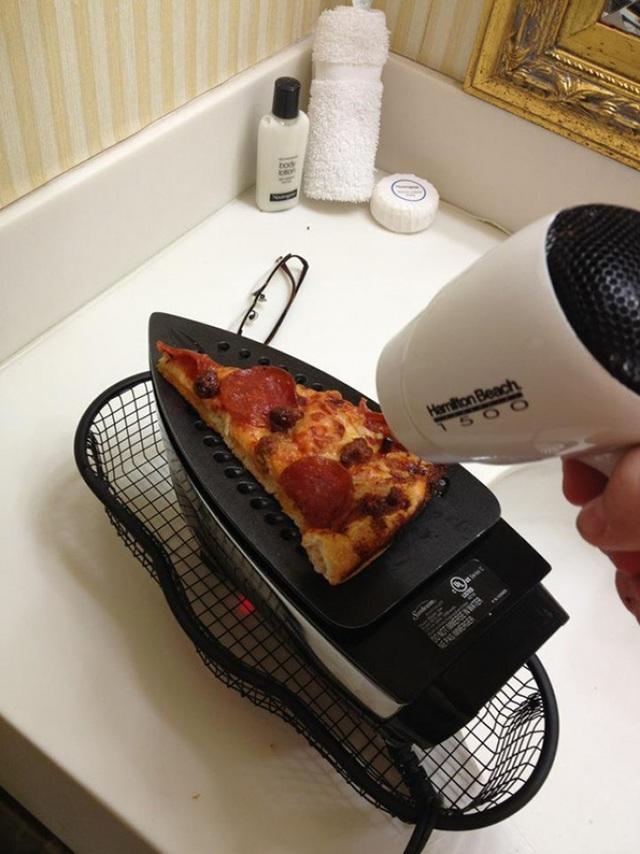 … Hay là làm pizza chỉ với bàn là máy sấy tóc.