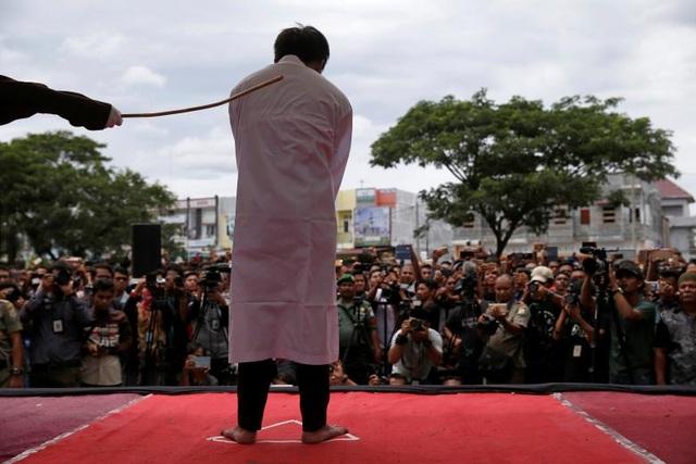 Một người đàn ông bị đánh roi công khai bằng roi tại tỉnh Aceh Indonesia ngày 23/5 (Ảnh: Reuters.)
