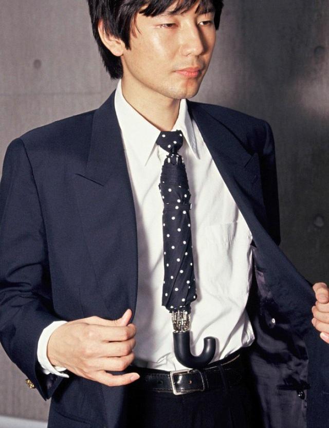 Không phải vướng tay mang theo một chiếc ô nữa, khi đã có cà vạt tích hợp khả năng chống nước cho toàn thân.