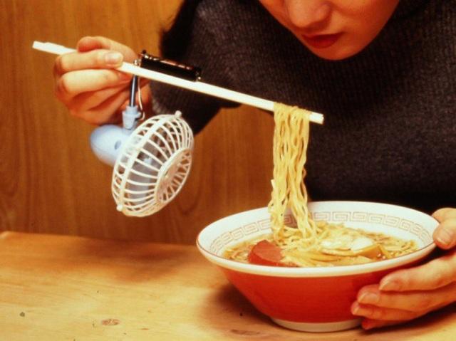 Chiếc quạt tích hợp vào đũa Made in Japan này sẽ giúp người dùng xua tan nỗi lo bị bỏng mỗi khi ăn đồ nóng.