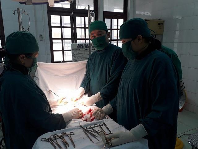Các bác sỹ tiến hành phẫu thuật, cắt bỏ khối u cho chị Thum