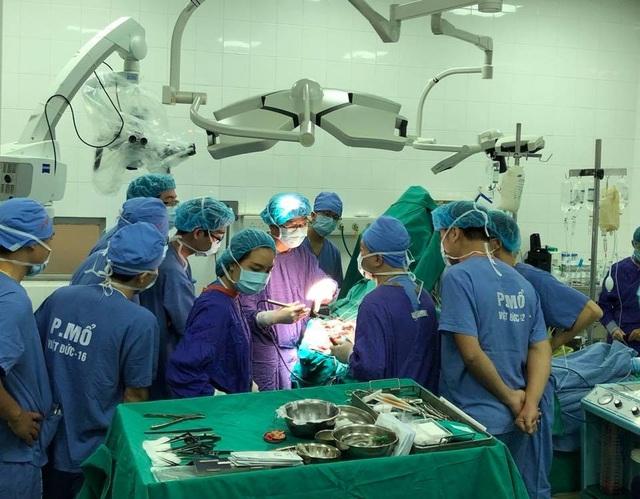 TS Yoko thị phạm ca phẫu thuật kẹp phình động mạch tại BV Việt Đức. Ảnh: H.Hải
