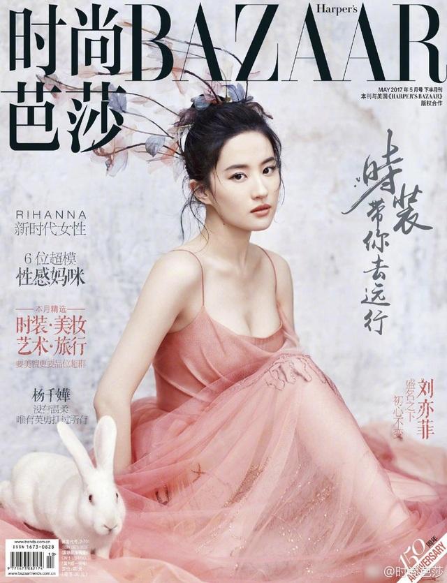 Lưu Diệc Phi xuất hiện trên trang bìa tạp chí Harpers Bazaar, số tháng 5/2017 với vẻ ngoài hoàn hảo. Cô trang điểm nhẹ, diện váy khoe vai trần thon thả và khuôn ngực đầy đặn.