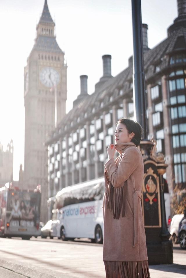 Cuộc sống này quá đẹp, năm 2017, Linh sẽ đi nhiều hơn và tận hưởng nhiều hơn, Phí Linh chia sẻ. (Trong ảnh là Phí Linh bên Tháp đồng hồ Big Ben - Anh).