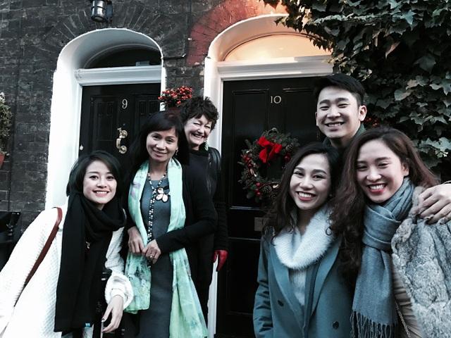 Phí Linh cùng các bạn của mình trong chuyến du lịch khám phá nước Anh.