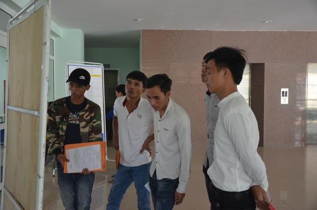 Người lao động xem thông tin tuyển dụng tại phiên chợ việc làm