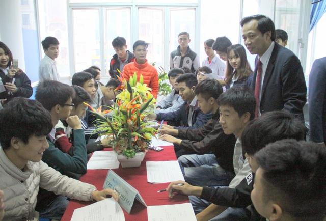 Bộ trưởng lắng nghe nguyện vọng của ứng viên.