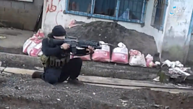 Một tay súng của phiến quân Hồi giáo ở Marawi. (Ảnh: Almasdar)