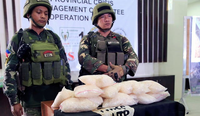 Quân đội Philippines cùng 11 kg ma túy đá tương đương 2 triệu USD do nhóm phiến quân khủng bố bỏ lại. (Ảnh: Reuters)