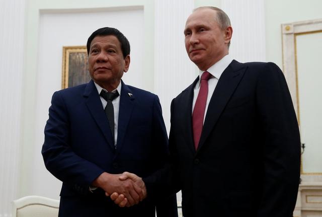 Tổng thống Nga Vladimir Putin (phải) bắt tay người đồng cấp Philippines Rodrigo Duterte trong cuộc gặp tại Điện Kremlin ngày 23/5 (Ảnh: Reuters)
