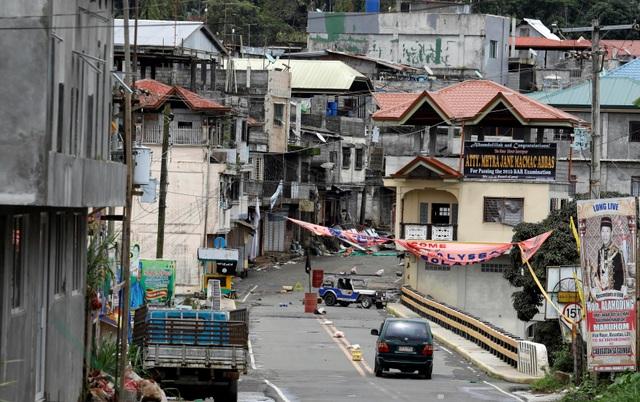 Một khu vực tại Marawi bị phiến quân Maute chiếm đóng. Cờ IS màu đen được cắm giữa đường (Ảnh: Reuters)