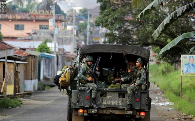 Xe chở lính thủy quân lục chiến Philippines chiến đấu tại Marawi (Ảnh: Reuters)