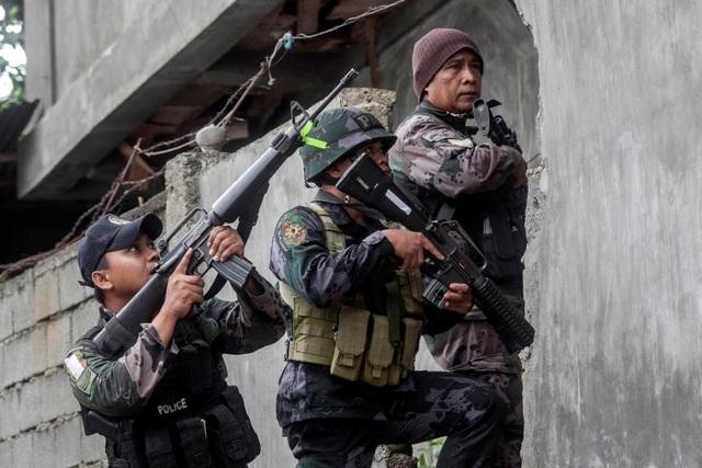 Quân đội Philippines cũng tiếp tục truy lùng phiến quân còn sót lại trong thành phố.