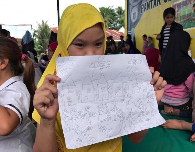 Một bé gái vẽ lại những trải nghiệm của em về chiến sự tàn khốc ở Marawi.