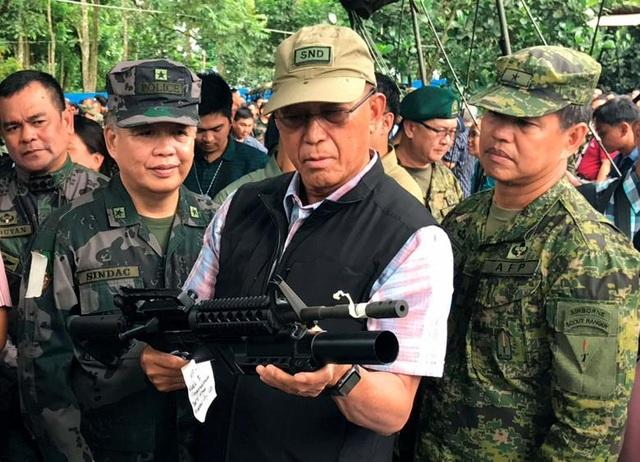 Bộ trưởng Quốc phòng Philippines quan sát vũ khí thu giữ được của phiến quân ở Marawi.