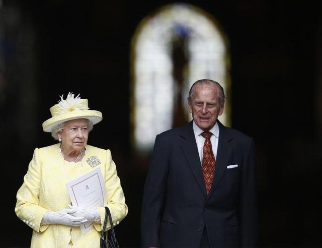 Nữ hoàng Elizabeth và Hoàng thân Philip chuẩn bị kỷ niệm 70 năm ngày cưới vào tháng 11 năm nay. Trong những năm gần đây, cặp đôi Hoàng gia đã bắt đầu giảm bớt khối lượng công việc và chuyển giao nhiều trọng trách cho con trai là Thái tử Charles và hai cháu là Hoàng tử William và Harry.