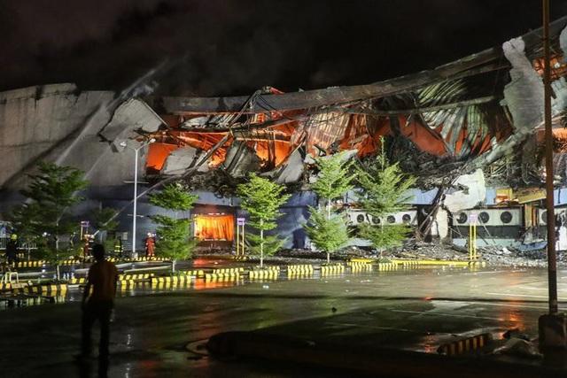 Sau 24 giờ nỗ lực xử lý đám cháy, trung tâm thương mại này vẫn còn lửa bên trong và đây vẫn được xem là khu vực nguy hiểm không thể tiếp cận. Các nhà chức trách đặt ra nghi vấn rằng các phiến quân khủng bố tại Philippines có thể nhắm tới các trung tâm thương mại và các khu vực công cộng trong dịp lễ Giáng sinh. (Ảnh: Reuters)