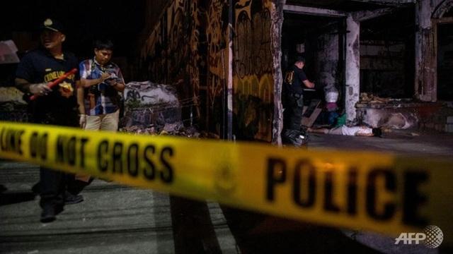 Cảnh sát điều tra một vụ tiêu diệt nghi phạm ma túy tại Philippines (Ảnh: AFP)