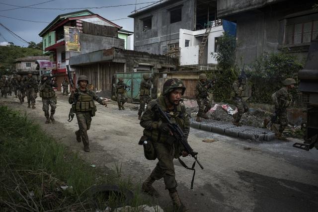Các binh sĩ Philippines truy lùng phiến quân tại thành phố Marawi (Ảnh: Getty)