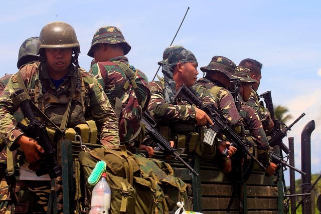 Các binh sĩ Philippines chiến đấu với các tay súng phiến quân ở Pigcawayan ngày 21/6 (Ảnh: Reuters)
