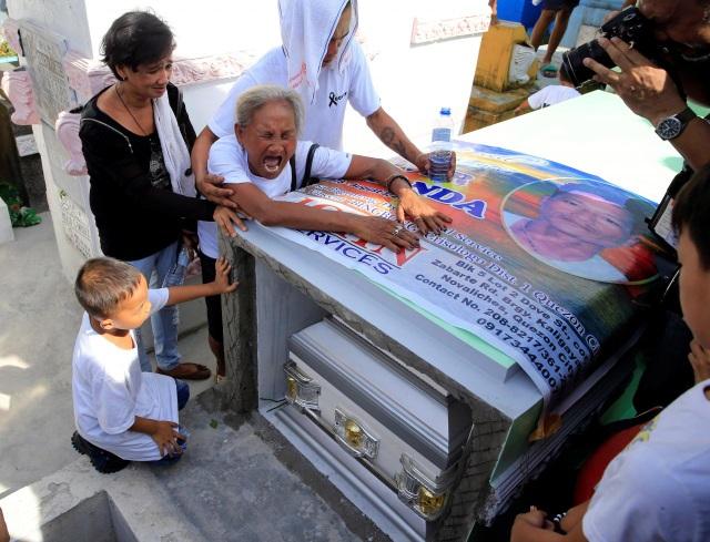 Bà Elvira Miranda gào khóc bên quan tài của con trai Elvira Miranda trong lễ tang ngày 20/8 tại Philippines (Ảnh: Reuters)