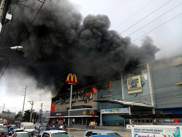 Hiện nguyên nhân dẫn tới vụ hỏa hoạn ở NCCC vẫn chưa được công bố. Tuy nhiên, giới chức Philippines cho biết lửa bắt đầu xuất hiện từ một xưởng nội thất ở tầng 3 của trung tâm thương mại. Nhiều người làm việc bên trong tòa nhà này đã bị mắc kẹt khi vụ hỏa hoạn xảy ra. (Ảnh: Reuters)