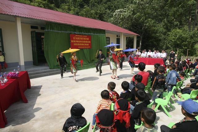 Các tiết mục văn nghệ chào mừng sinh động, hấp dẫn do các em học sinh trường tiểu học và trường mầm non Bát Đại Sơn biểu diễn nhân dịp khánh thành điểm trường Na Quang