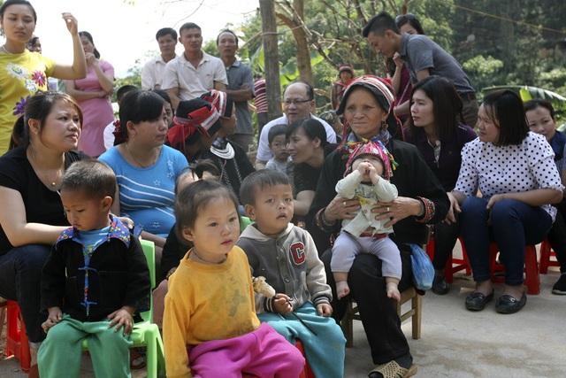 Đông đảo phụ huynh và học sinh đến tham dự lễ khánh thành điểm trường