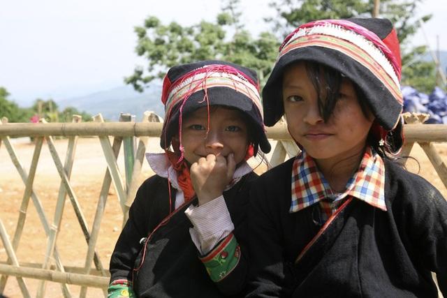 Nụ cười tươi tắn của 2 em học sinh trường tiểu học Bát Đại Sơn