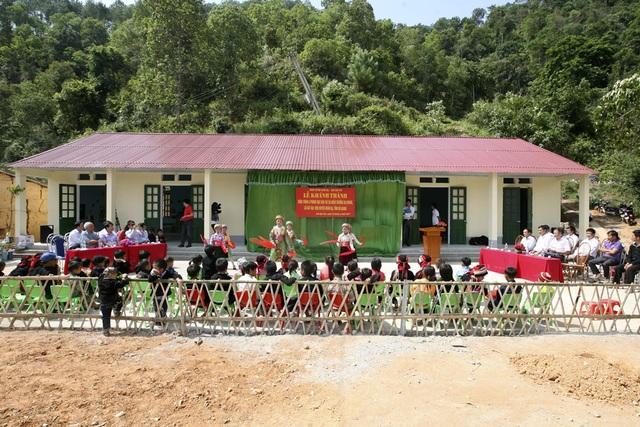Thay cho 3 phòng học được đắp bằng đất tạm bợ, xập xệ là 3 phòng học mới khang trang, sạch đẹp