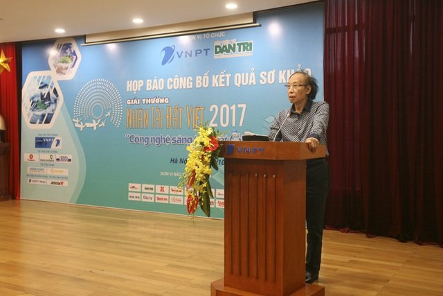 Nhà báo Phạm Huy Hoàn - Tổng biên tập Báo điện tử Dân trí, Trưởng ban tổ chức Giải thưởng Nhân tài Đất Việt 2017 phát biểu tại buổi họp báo công bố kết quả sơ khảo.